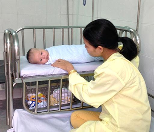 Hình ảnh: Trẻ em ngay sau khi sinh ra được cấp mã thẻ bảo hiểm y tế tạm thời. số 1