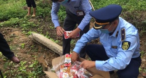 Hà Giang: Tiêu hủy 8.400 gói chân gà nhập lậu từ Trung Quốc